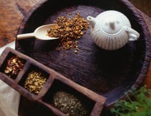 Até o chá verde pode interferir com remédios, como ocorre com o anticoagulante varfarina