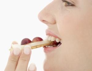 Comer devagar aumenta a sensação de saciedade, diminuindo a ingestão de calorias