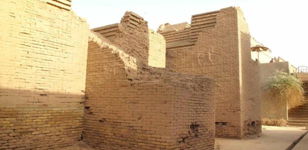 Imagem de 20.06.2009 mostra danos estruturais que  ameaçam ruínas da Babilônia, no Iraque