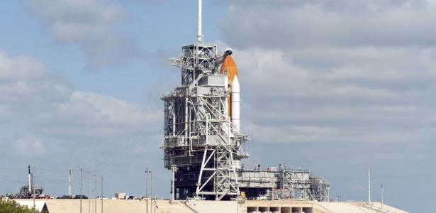 O ônibus espacial Atlantis na base de lançamento do Centro Espacial Kennedy, na Flórida