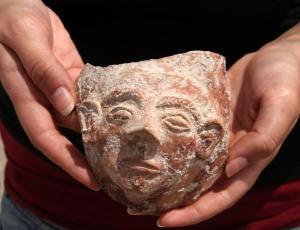 Máscara de 3.500 anos encontrada entre os objetos; veja no álbum do mês