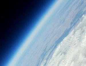 Na descida, que durou cerca de 90 minutos, câmeras de foto e de vídeo inseridas dentro do aparelho registraram imagens como a da curvatura da Terra