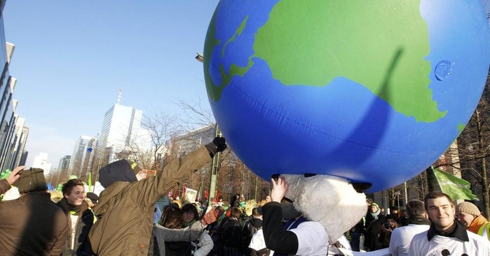 Manifestantes empurram bola inflável em forma de planeta Terra na Bélgica