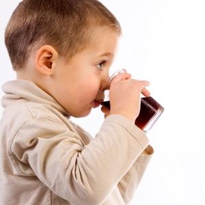 Crianças bebem mais refrigerantes nas horas em frente à televisão