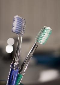 Escovar os dentes dois minutos, duas vezes por dia, ajuda a prevenir à doença respiratória