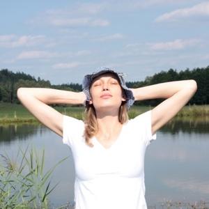Holick defende que tomar um pouco de sol sem usar protetor é importante para absorção de vitamina D; dermatologistas alertam para o risco de câncer