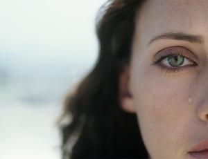 Mulheres mostram níveis significativamente mais altos de prolactina entre os 15 e os 30 anos de idade, o que poderia estimular as lágrimas