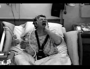 A americana Karen Byrne, de 55 anos, que sofre de uma condição chamada Síndrome da Mão Alheia