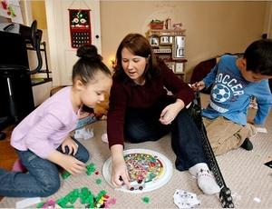 A americana Sarah Wilson brinca com os filhos Benjamin, 6 anos, e Laura, 3 anos