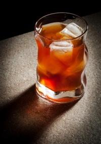 O energético pode potencializar os efeitos da bebida alcoólica e fazer com que o usuário tenha um julgamento errado sobre seu estado de embriaguez