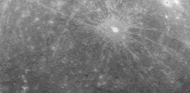 Primeira imagem da superfície de Mercúrio enviada pela sonda Messenger, da Nasa