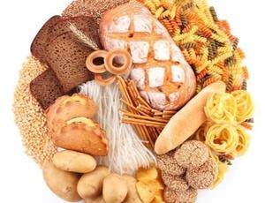 A intolerância ao glúten presente em pães, massas e biscoitos pode provocar sintomas como anemia, rinite, sinusite, alterações na pele, transtornos gastrointestinais, doenças autoimunes, enxaqueca, aumento da gordura abdominal ou emagrecimento