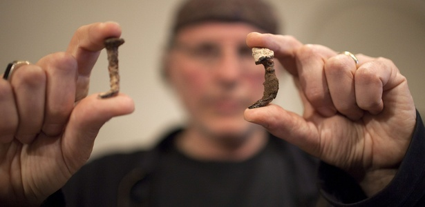 Simcha Jacobovici segura pregos encontrados em ossuário no sul de Jerusalém