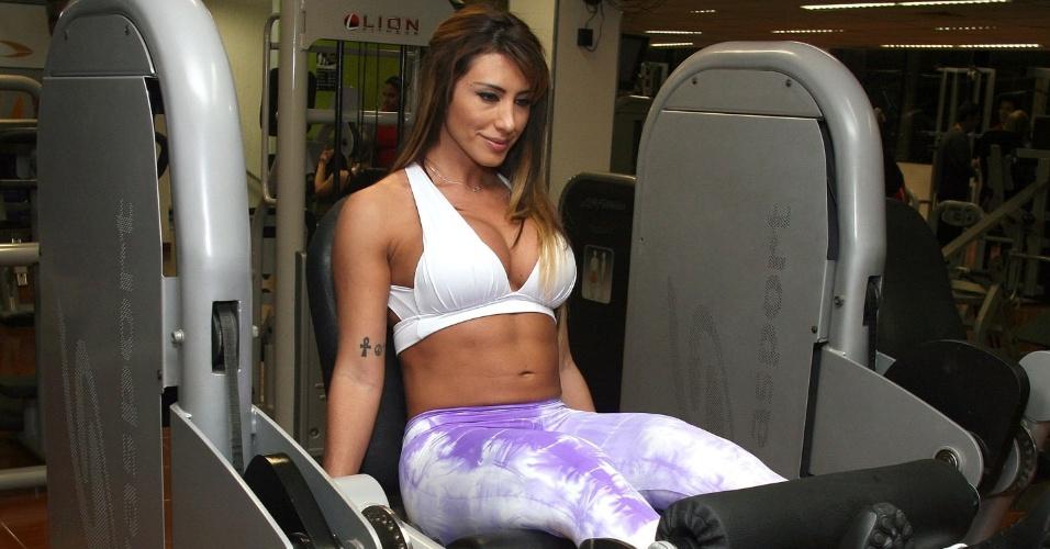 Jaque Khury faz exercício para pernas