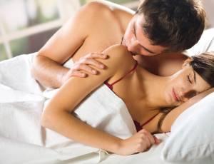 Com o passar dos anos, mulheres gostam mais do sexo e homens valorizam mais os carinhos