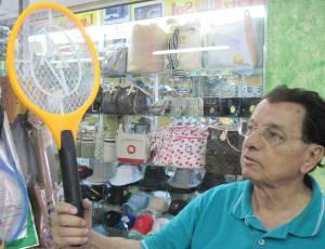 O comerciante Aurelio Alves dos Santos com raquete mata-mosquito: epidemia de dengue alavanca procura por produto