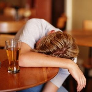 http://cs.i.uol.com.br/cienciaesaude/2011/09/30/jovem-bebeu-demais-cerveja-1317404872606_300x300.jpg