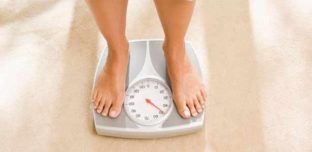 Mudança de hábitos alimentares ajuda a diminuir os números da balança neste verão