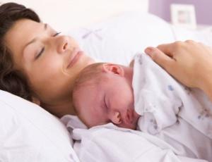 Mães que quiserem dormir com bebês devem pedir ajuda a enfermeiras para evitar acidentes