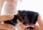 Para acompanhar o chocolate, enólogos indicam vinhos tintos, encorpados e doces - Thinkstock
