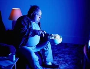 Segundo o autor do estudo, quem come à noite tende a ingerir mais alimentos e gastar menos energia