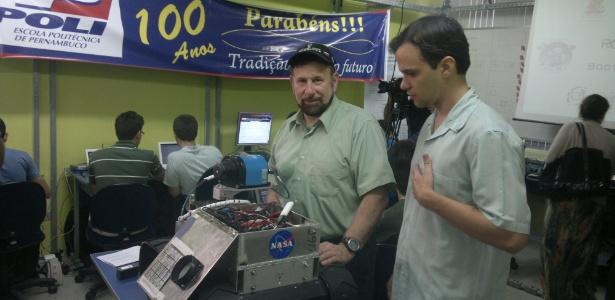 Michael Comberiate (à esquerda), com o robô da Nasa, e Bruno Fernandes, da Poli/PE