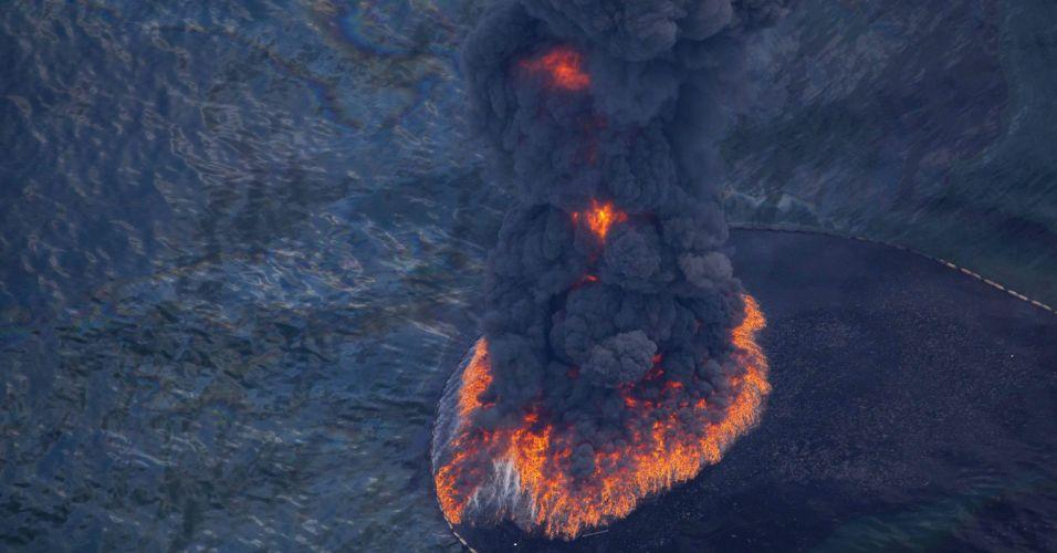 Mancha de petróleo em chamas