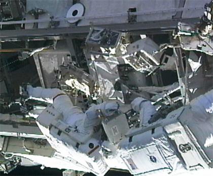 Astronautas consertam tanque de amônia na ISS