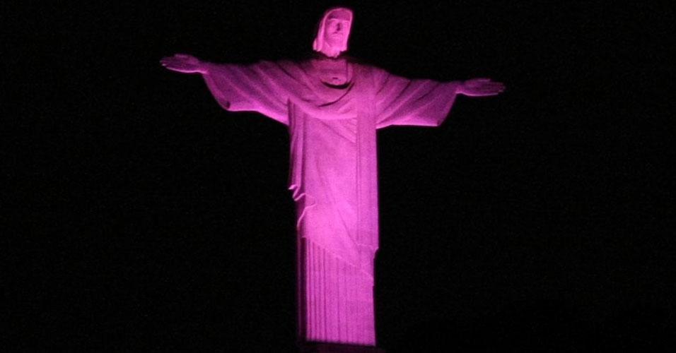 Cristo Redentor rosa pelo câncer de mama
