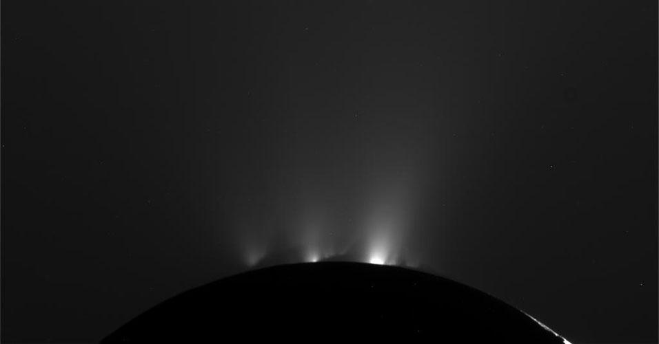 Cassini sobrevooa Enceladus