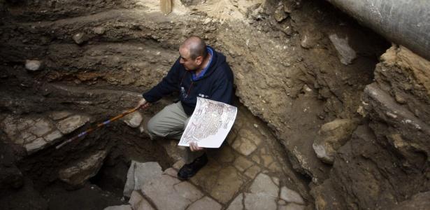 O diretor de antiguidades Ofer Sion segura réplica de antigo mapa de Jerusalém