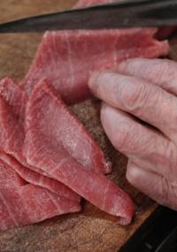 Cozinheiro fatia atum para fazer sushi em restaurante de Tóquio