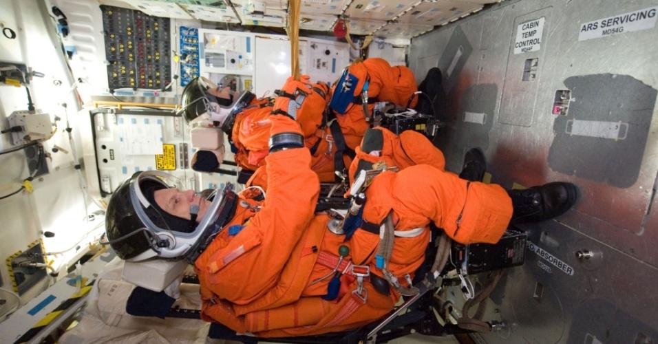 Os astronautas Piers Sellers (em destaque) e Steve Bowen em sessão de treinamento no Centro Espacial Johnson, da Nasa