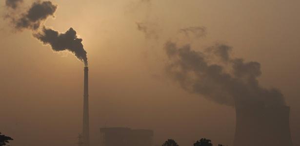 O governo chinês tenta fechar fábricas, em busca de uma mudança no uso da energia