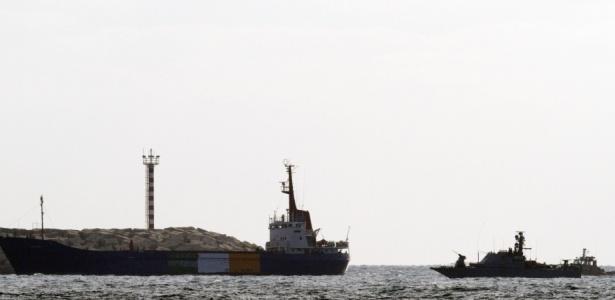 """Navio """"Rachel Corrie"""" chega ao porto de Ashdod, ao lado de embarcação israelense"""