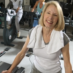A atividade física afeta a decomposição do hormônio estrogênio e contribui para diminuir o risco de câncer
