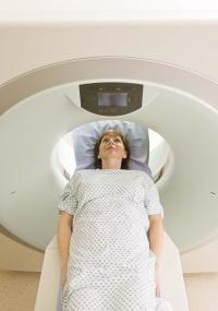 Pacientes com claustrofobia podem precisar de sedação para serem submetidos a exame de ressonância magnética