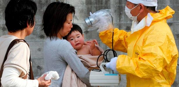 Pessoal médico comprova os níveis de radiação de uma mulher e seu filho em Kawamata
