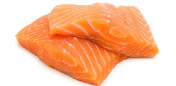Salmão preparado em restaurante ou vendido em supermercado é, em sua maioria, criado em viveiros - Thinkstock