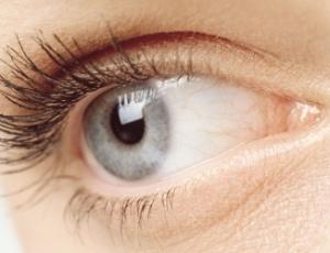 992e53525 O procedimento dura apenas 20 segundos e os olhos mudam de cor  completamente após um mês